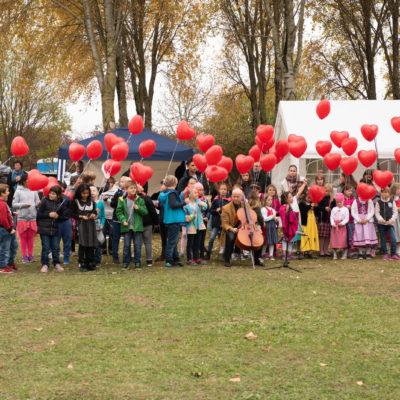 Einweihungsfeier Gedenkstätte - kinder mit Luftballons
