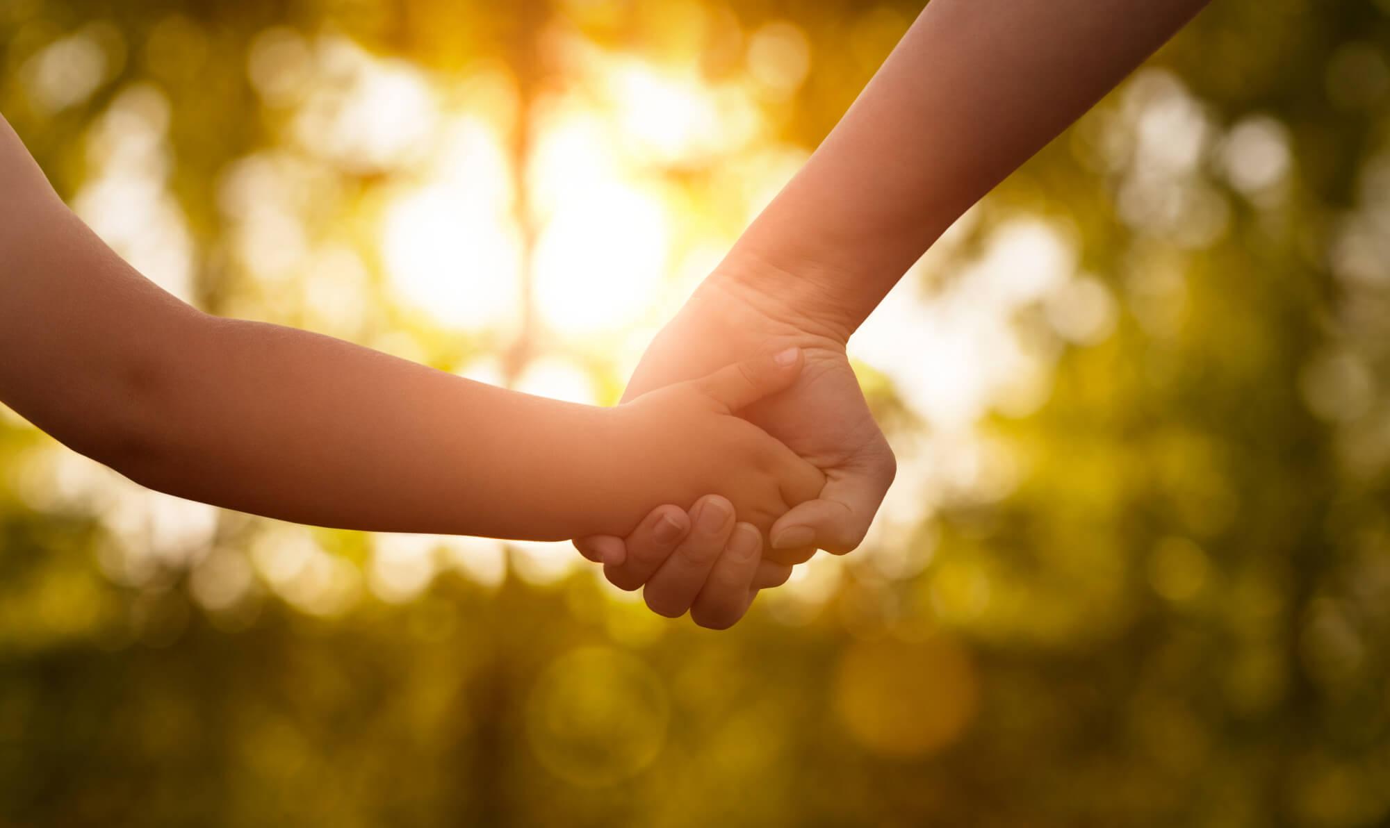 Mütter und Kind halten Händchen