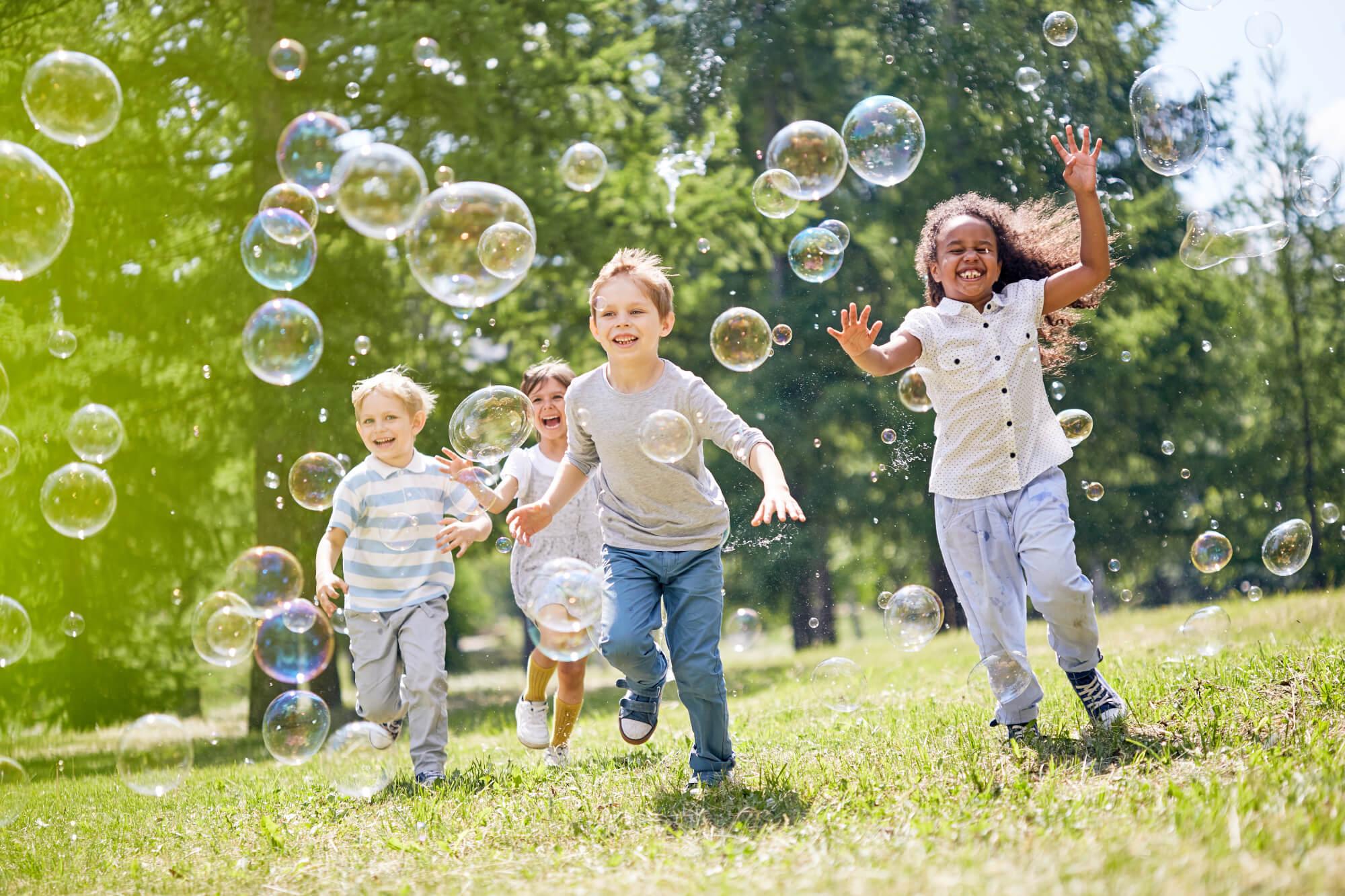Glückliche Kinder mit Seifenblasen